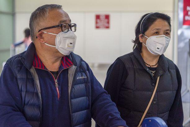 Hengityssuojainten käyttö on yleistynyt koko maailmassa. Kuvassa lentomatkustajia San Franciscossa Kaliforniassa.