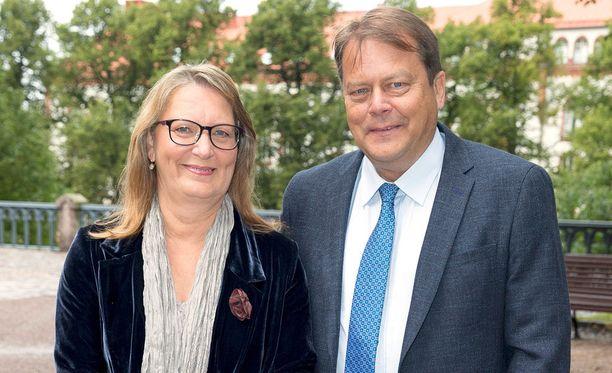 - Olen hyvässä kondiksessa ja täynnä työintoa, Jari Porttila kertoo. Vierellä on vaimo Kirsti Porttila, joka on vuosien saatossa kuvannut miehensä juttuja.