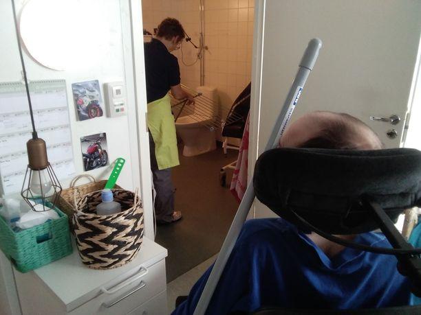 Espoossa omaiset arvostelevat rajusti kaupungin palveluformaattia, joka velvoittaa vaikeasti vammaisia palveluasujia kodinhoitotyöhön yhdessä hoitajien kanssa.