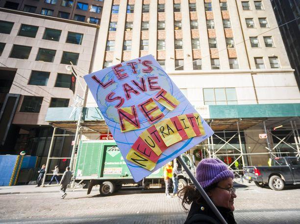 Ympäri Yhdysvaltoja järjestettiin mielenosoituksia nettineutraliteetin kaatamista vastaan.