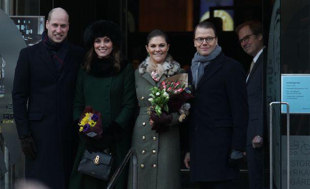 Kruununprinsessa Victoria ja prinssi Daniel esittelevät Tukholmaa brittikuninkaallisille.
