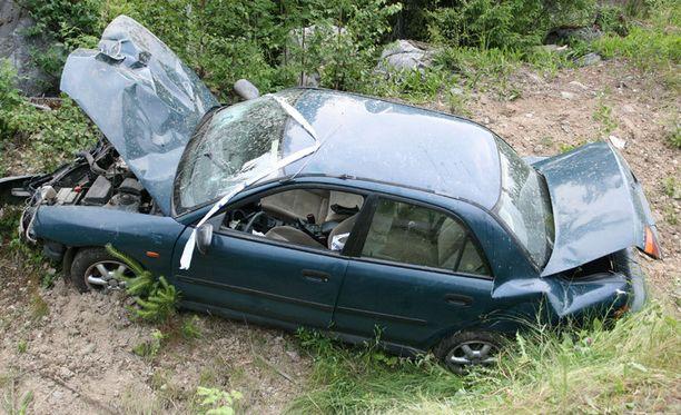 Auto romuttui pahoin ulosajossa.