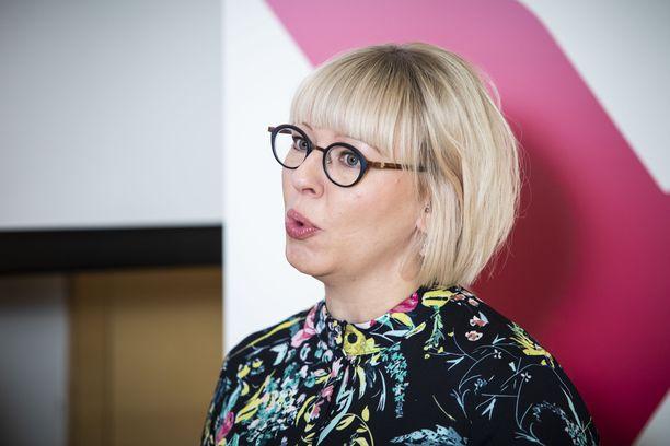 Sosiaali- ja terveysministeri Aino-Kaisa Pekonen (vas) esitteli jatkovalmisteluun lähtevän perhevapaauudistusmallin keskiviikkona.