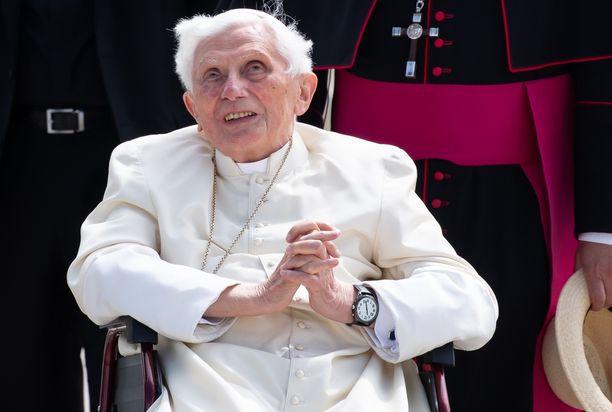 Emerituspaavi käväisi kesäkuussa Saksan Regensburgissa veljensä luona.