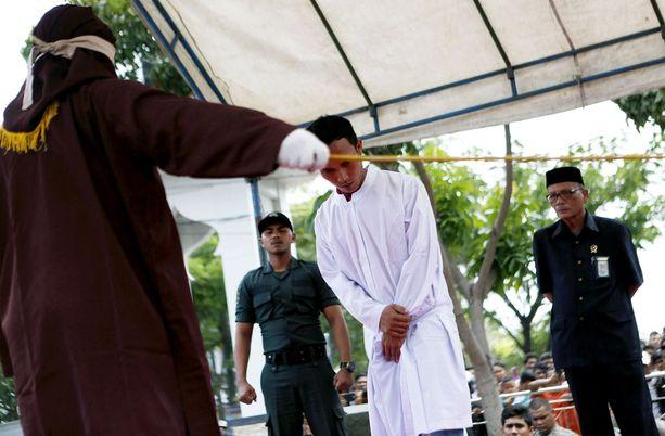 Banda Acehissa noudatetaan sharia-lakia. Kuvan mies sai raipaniskuja maaliskuun lopussa jäätyään kiinni avioliiton ulkopuolisesta suhteesta.