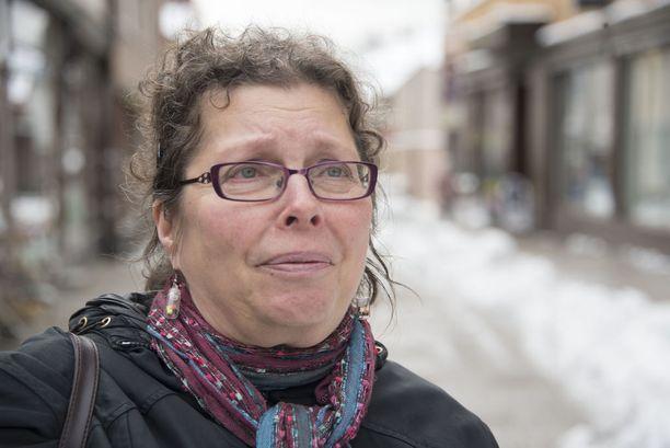 Maritta Sariola toimii sotilaskotisisarena ja oli hyvin surullinen varusmiesten tragediasta. Hän on itse ollut mukana Lappohjan junaonnettomuudessa kolmisenkymmentä vuotta sitten.