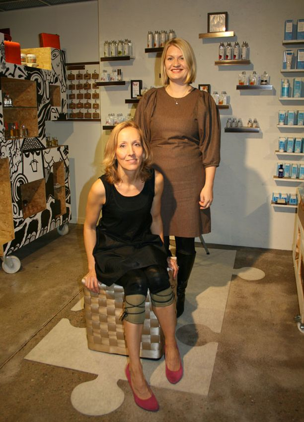 Ekoyrittäjät Tarja Castel (istumassa) ja Anna Pyyhtiä tutkivat jokaisen ostamansa vaatemerkin taustat.