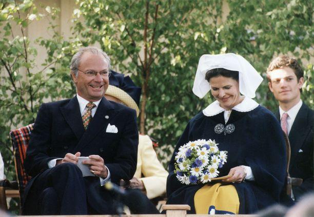Kuningatar nauttii kansansuosiota.