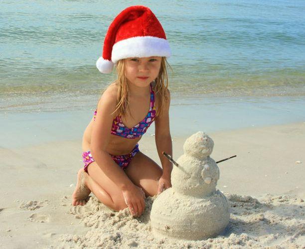 Lumiukon velipuoli, lumen puutteessa valkoinen rantahiekka mahdollisti lumiukon tekemisen jouluaattona.