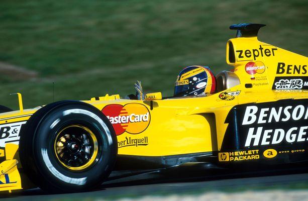 """Siihen hyytyi. Jordanin ja Heinz-Harald Frentzenin MM-haaveet kaatuivat """"elektroniikkavikaan"""" Euroopan GP:ssä 1999."""