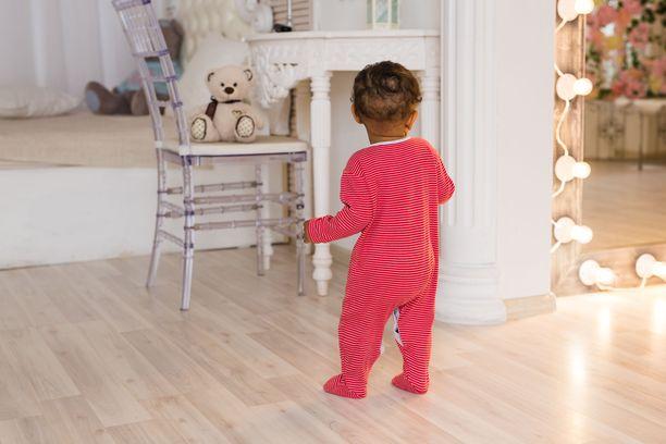 Kolmevuotiaan pojan karkotus kuohuttaa Ruotsissa. Kuvituskuva.