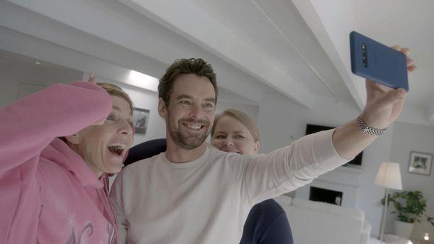 Maria Veitola, Mikko Leppilampi ja hänen pikkusiskonsa Elisa ottavat vielä veikeän selfien vierailun päätteeksi.