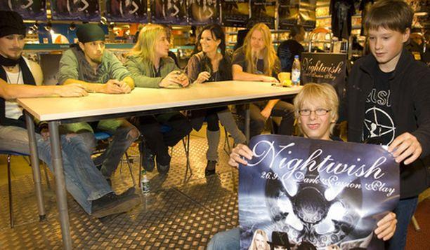 Nightwish jakoi nimmareita ti-ke -yönä Helsingin City-Anttilassa.