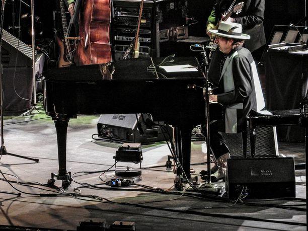 Dylan tunnetaan esimerkiksi kappaleista Like a Rolling Stone, Tangled Up in Blue ja Hurricane.