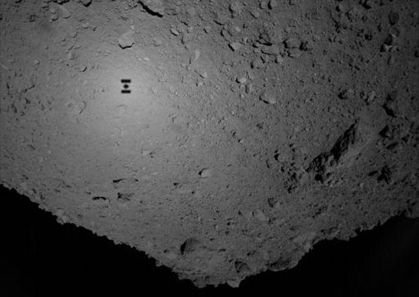 Emoaluksen varjo näkyy asteroidin pinnalla. Hayabusa-2 saapui asteroidin luokse jo kesäkuussa.