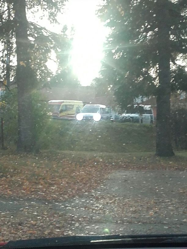 Paikalla on kaksi poliisiautoa, siviilipoliisiauto ja ambulanssi.