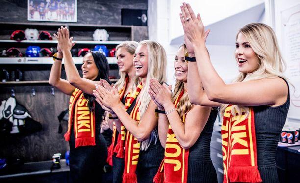 Missiehdokkaat kannustivat Jokereita ja antoivat vielä pelin jälkeen kunnon suosionosoitukset joukkueen pukukopissa.