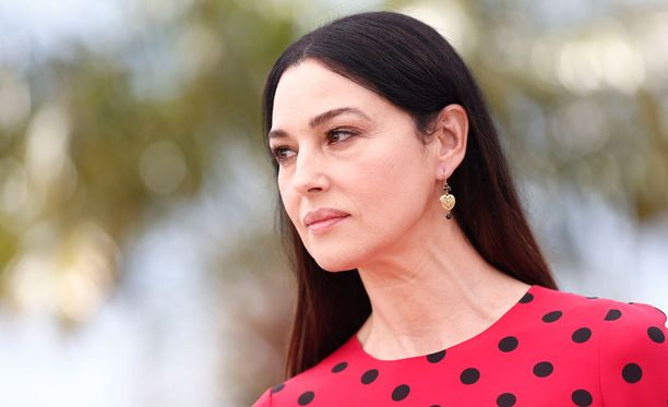 Italialainen Monica Bellucci pääsee peuhaamaan vällyihin uudessa Bondissa Daniel Craigin kanssa.