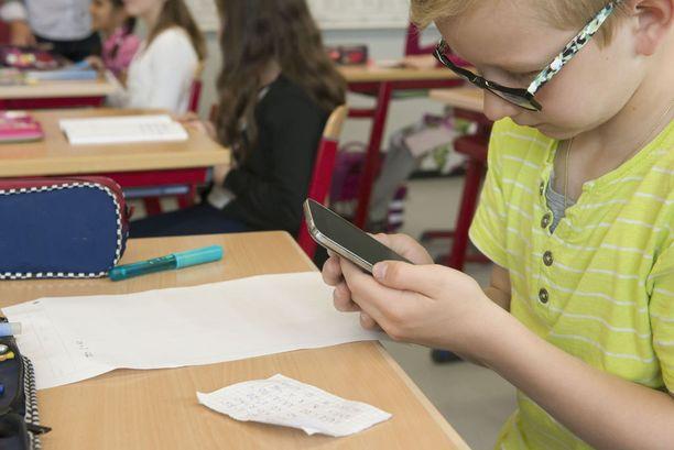 Joissakin kouluissa älylaitteita tai tietokoneita käytetään mahdollisimman paljon opetuksessa, eikä oppikirjoja välttämättä ole.