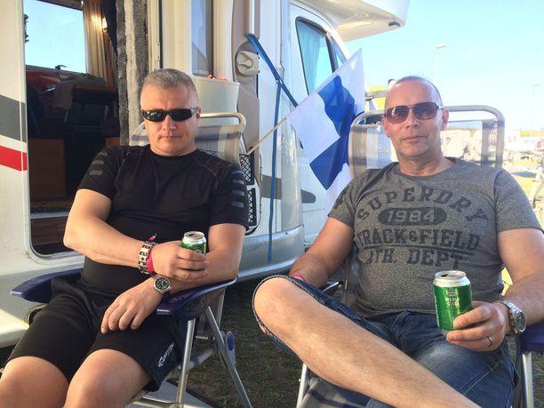 Hannu Toivola (vas.) ja Tuomo Hokka ajoivat matkailuauton Suomesta Herningiin.