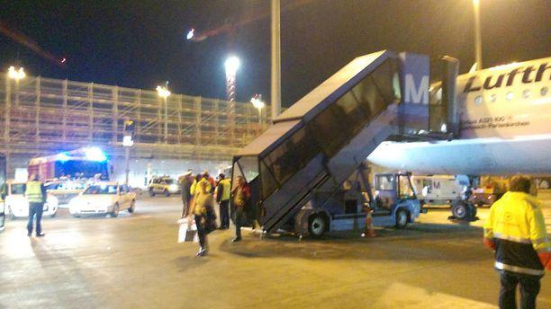 Kone laskeutui takaisin Müncheniin puoli kymmenen jälkeen paikallista aikaa. Lennolla olleen kokoomusnuorten puheenjohtajan mukaan vastassa oli parikymmentä paloautoa.