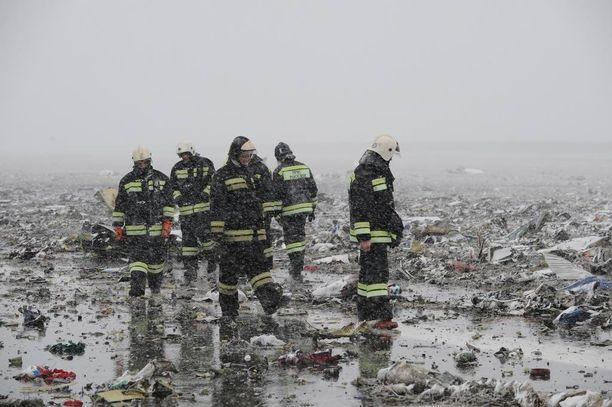 Venäläisviranomaiset tutkivat turmakoneen jäänteitä Donin Rostovin lentokentällä lauantaina. Kenttä avataan liikenteelle todennäköisesti jo huomenna maanantaina.
