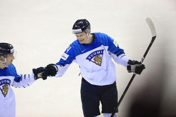 Leijonien ykkössankari Kaapo Kakko saa onnittelut hattutempustaan Sakari Manniselta.