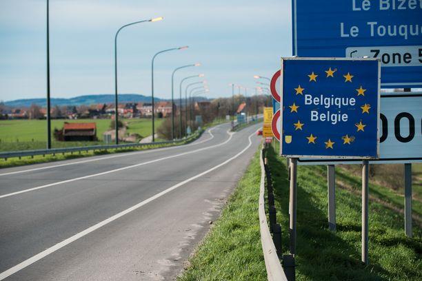 Kuvassa Ranskan ja Belgian välinen raja kulkee autotien poikki Le Bizet'n kunnassa.