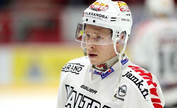 Juha-Pekka Hytösen (kuvassa) korkea maila osui Erik Thorellin kasvoihin.