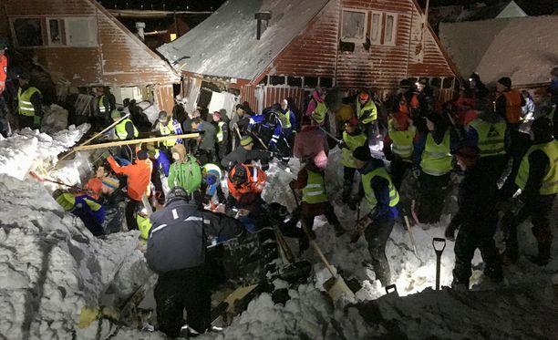 Viranomaiset ovat pyytäneet kaikkia kynnelle kykeneviä auttamaan pelastustoimissa.