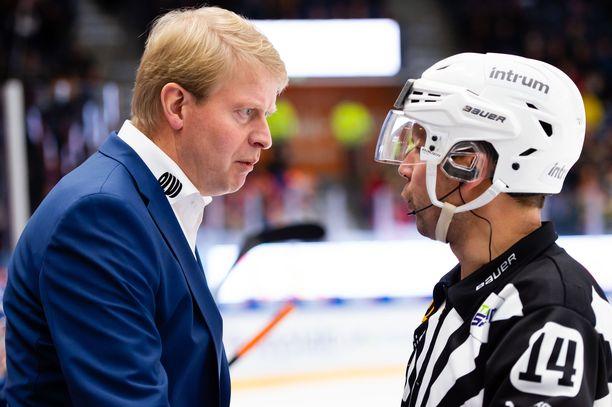 Urheilujohtaja Jukka Rautakorpi (vas.) päästi Tapparan A-juniorit harjoittelemaan koronatartunnasta huolimatta. Poliisi epäilee asiassa rikosta.