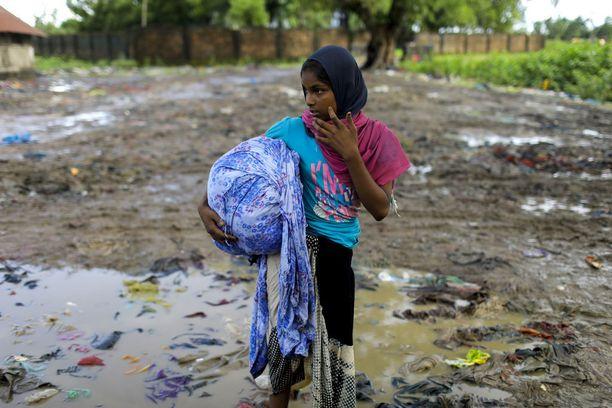 Rohingya-tyttö kuvattiin sunnuntaina pakolaisleirillä Kutupalongissa, Bangladeshin Cox's Bazarissa.