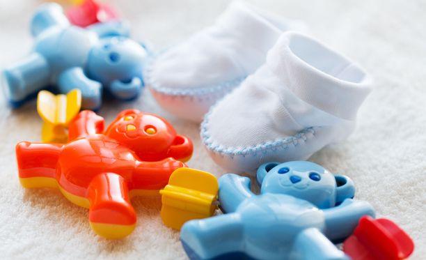 Polyamorisessa suhteessa elävien Joonaksen ja Marin mukaan lastenhoito on helpompaa kun saatavilla on enemmän auttavia käsiä.