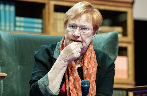 """Presidentti Tarja Halonen sanoi lokakuun lopulla Ylelle, että pojilta tulisi vaatia enemmän ponnisteluja koulussa. Halosen mukaan poikien tulisi opiskella yhtä kovasti kuin tyttöjen, koska """"tulevassa heille ei tule mitään bonusta siitä, että he ovat poikia""""."""