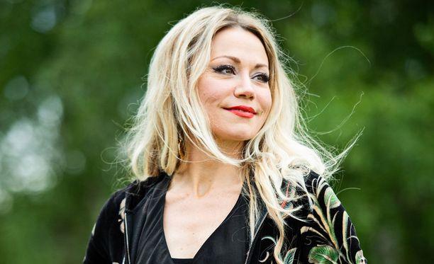 Kalastusta harrastava Anna Eriksson kilpailee miehensä kanssa suurimman vonkaleen nappaamisesta joka vuosi Norjassa.