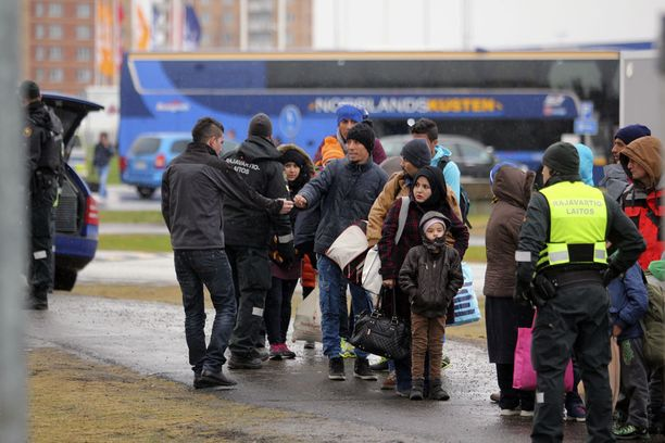 Turvapaikanhakijoita tulossa Ruotsista Suomeen vuonna 2015.