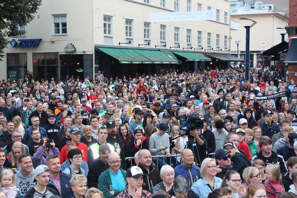 Juhlia oli seuraamassa arvioiden mukaan noin 3000 ihmistä.