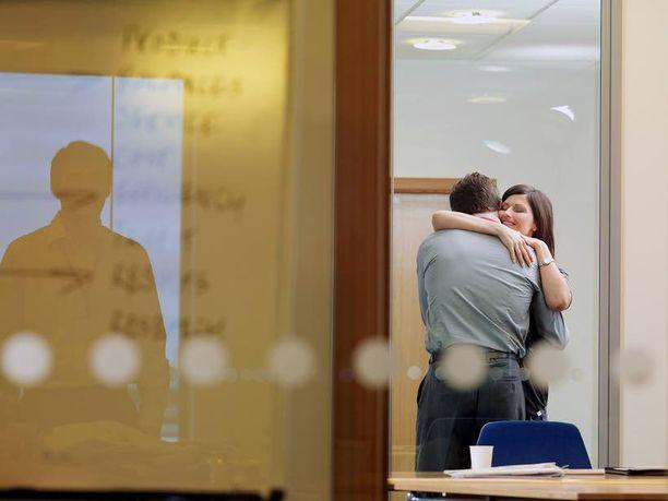Jopa yli puolet keski-ikäisistä suomalaisista on joskus ihastunut työkaveriinsa. Koska työkaveri on jo valmiiksi tuttu, myös suhteeseen ajautuminen on huomattavasti helpompaa kuin tuntemattoman baarituttavuuden kanssa.