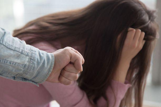 Mies oli repinyt 8- ja 12-vuotiaita tyttöjä hiuksista, töninyt ja vienyt niskasta omaan huoneeseen. Kuvituskuva.