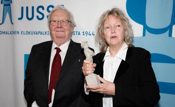 Lasse Pöysti sai Betoni-Jussin vuonna 2010. Kahta vuotta myöhemmin pysti meni Elina Salolle.