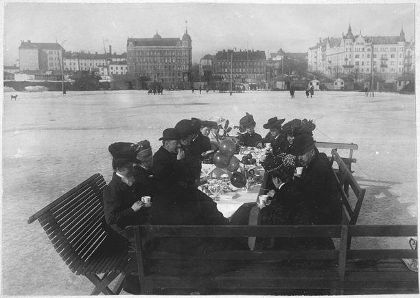 Helsingfors Skrinnskoklubbenin jäsenet nauttivat suosikkijuoma kahvia meren jäällä vuonna 1907.