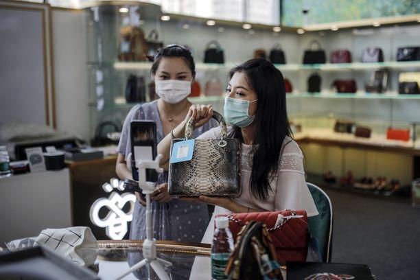 Kiinassa live-shoppailun suosio on suorastaan räjähtänyt, ja korona-aika on vain edistänyt nettishoppailun kehittymistä.