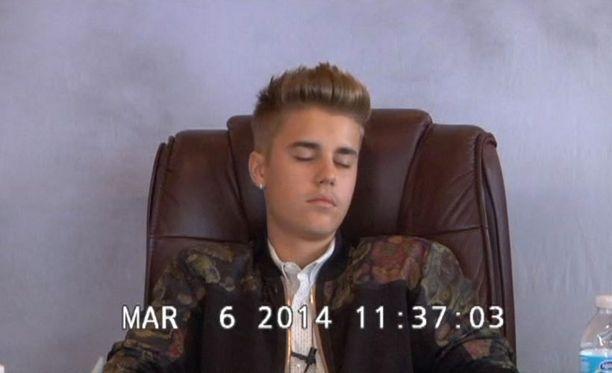 Justin Bieber teeskenteli nukkuvaa kuulustelussa.
