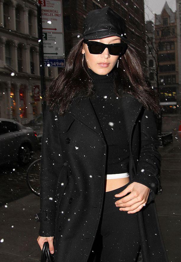 Bella Hadidin napatoppi-ihastusta ei lumimyräkkäkään vähennä.