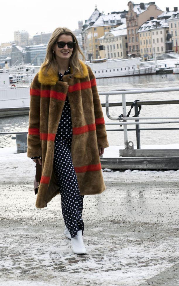 Tanskalainen Karoline Dall yhdisti takin pilkulliseen jumpsuitiin 9861fa0c19