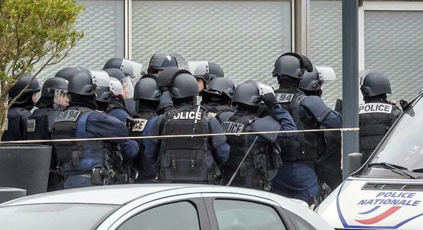 Poliisioperaatio Orlyn lentokentällä on edelleen käynnissä.