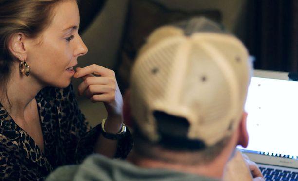 Stacey Dooley osallistuu operaatioon kulisseissa. Etualalla peitetehtävissä oleva Mike.
