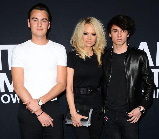 Pamela Anderson poikiensa Brandon Leen ja Dylan Leen kanssa.