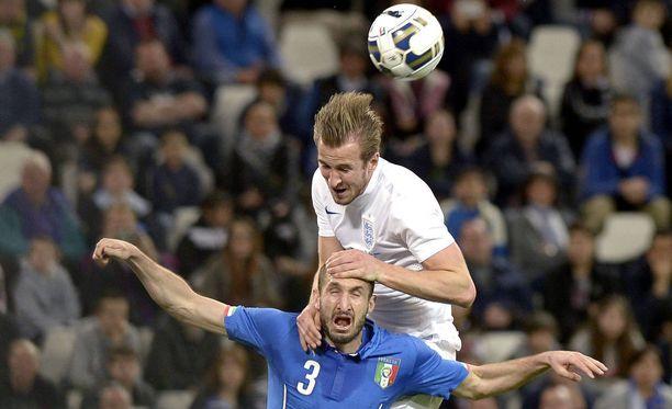 Harry Kane kiipesi Giorgio Chiellinin selkään kaksikon kohdatessa maaottelussa.