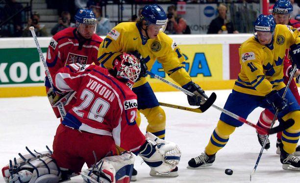 Jonathan Hedström (keskellä) oli viime vuosikymmenellä tuttu näky Ruotsin jääkiekkomaajoukkueessa. Kuva vuoden 2005 MM-kisoista.
